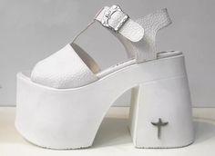 sandalia cuero plataforma taco hebilla primavera verano 2017 Pastel Punk, Gothic Shoes, Platform Shoes Heels, Sexy High Heels, Cute Shoes, Heeled Mules, What To Wear, Footwear, Pumps