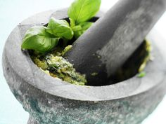 Smak til med basilikum - Aftenposten mat Wine Recipes, Indian Food Recipes, Green Pesto, Sweet Bell Peppers, Mortar And Pestle, Everyday Food, Frisk, Kos, Celery