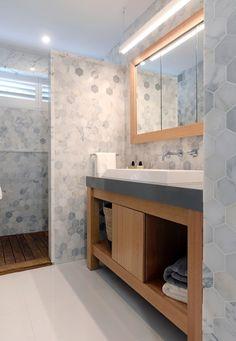 Hexagon marble tiles l Luxurious bathroom l Open shower l Wood panel shower floor l Grey and wood vanity