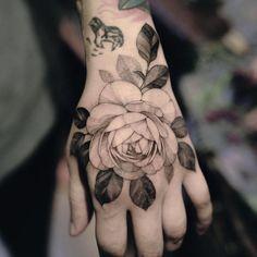 30 Cool & Pretty Hand Tattoo Design Ideas For Woman - Page 2 of 30 - Hand Nail Ideas Pretty Hand Tattoos, Tribal Hand Tattoos, Bird Hand Tattoo, Side Hand Tattoos, Small Hand Tattoos, Gorgeous Tattoos, Cool Tattoos, Ladies Hand Tattoos, Gun Tattoos