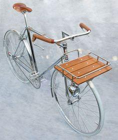 Silbernes Rennrad mit Halterung aus Holz