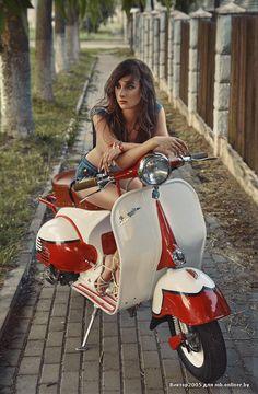 Vespa, like the old times! Vespa Motor Scooters, Vespa Bike, Motos Vespa, Piaggio Vespa, Lambretta Scooter, Scooter Motorcycle, Vintage Vespa, Vintage Bikes, Lady Biker