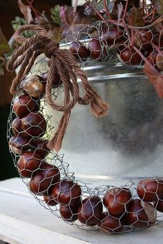 DIY – Small accessories with charm. Recycled caps or caps – MyKingL … – Homedesign NewlifeIdeas Fall Wreaths, Christmas Wreaths, Christmas Crafts, Christmas Decorations, Holiday Decor, Fall Crafts, Diy And Crafts, Chicken Wire Crafts, Christmas Bowl