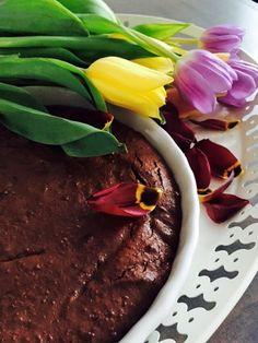 Čokoládový brownie bez výčitiek & za 15 minút! 200g horkej (Raw) čokolády (90-100% kakaa) 1 hrnček Raw tahini (sezamova pasta alebo iného orieskoveho masla (kešu maslo, mandľové maslo, kokosové a pod) 3 vajcia 1 hrnček ryzoveho sirupu (alebo javorový alebo med) 2 lyzice pohánkovej muky alebo kase 1 lyzica Raw kakaa