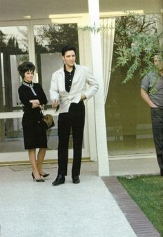 For the first time since 1960 , Priscilla visit Elvis in the U-S-A  in L-A in spring 1963 . That was the first time she saw Elvis with black hair , in 1960 in the army Elvis had his natural color  .