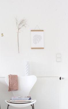 Wandschmuck direkt aus dem Garten Die schönsten Poster in echten Wohnungen  #poster #interior #deko #decor #inneneinrichtung #dekorationsideen #white #minimal #leaf Foto: kosmea
