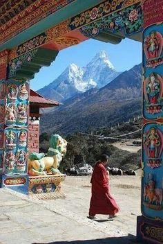 Monasterio del Tíbet con montaña Nepal al fondo.