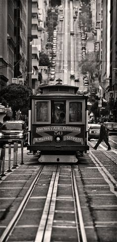 The San Francisco cable car system is the world's last manually operated cable car system. An icon of San Francisco, California, the cable car system forms part of the intermodal urban transport network operated by the San Francisco Municipal Railway. San Francisco Cable Car, San Francisco Art, Foto Poster, San Francisco California, Black And White Pictures, Belle Photo, Black And White Photography, Street Photography, Scenery
