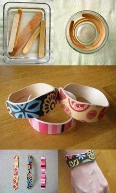 Dei braccialetti fatti di abbassa lingua e stecchi da ghiaccioli, riciclo perfetto.
