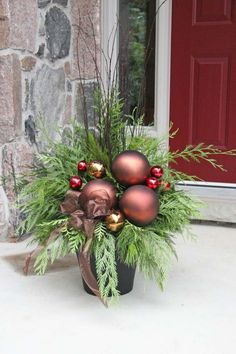 120 Cozy Farmhouse Christmas Decorations Done in Adorable Country Style That You'd Love To Ta. 120 Cozy Farmhouse Christmas Decorations Done in Adorable Country Style That You'd Love To Take I Outdoor Christmas Planters, Christmas Urns, Front Door Christmas Decorations, Rustic Christmas, Christmas Wreaths, Outdoor Decorations, Outdoor Planters, Front Porch Ideas For Christmas, Christmas Greenery