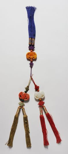 Norigae - Wikipedia, the free encyclopedia Korean Accessories, Silver Accessories, Chinoiserie, Do Ho Suh, Ben Shahn, Korean Design, Korean Traditional, Traditional Dresses, Korean Jewelry