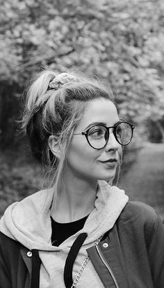 Potential new glasses? Love the layers look for weekend hikes / adventures. Zoella Beauty, Hair Beauty, Sugg Life, Beautiful People, Beautiful Women, Zoe Sugg, Celebs, Celebrities, Aesthetic Photo