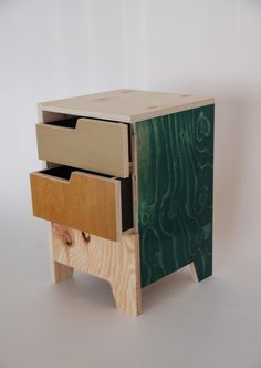 Arnoud Dijkstra coined the Scharrel Stools. The stools are made from found and got wood. At the bottom of the stool he saw a piece of wood away, making the shape of a paw arises. The pieces that remain, he again used the blade of the Scharrel table. Made from the residual material of recycled wood. The latest addition to the family is the Night Barn Barn. A cabinet with two drawers, for example to use as a bedside table.