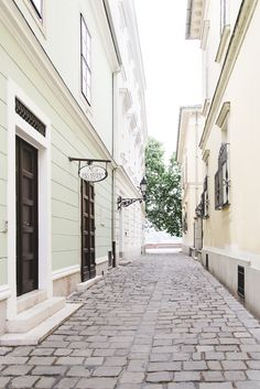 Charming street in Budapest - from travel blog: http://epepa.stfi.re
