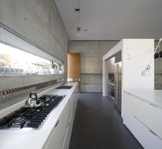 eHouse by Axelrod Architects. Browse inspirational photos of modern homes. From midcentury modern to prefab housing and renovations, these stylish spaces suit every taste. Modern Kitchen Design, Interior Design Kitchen, Modern Interior Design, Interior Architecture, Building Architecture, Decoration Design, Deco Design, Concrete Kitchen, Concrete Walls