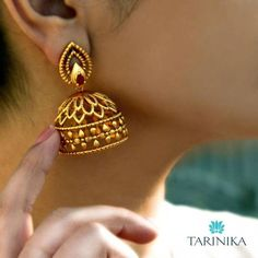 Gold Jewelry jhumka design image 4 Tarinika - Looking for Jhumka design images? Here are our picks of 25 jhumka models that will go well with any outfit. Gold Jhumka Earrings, Jewelry Design Earrings, Gold Earrings Designs, Gold Jewellery Design, Necklace Designs, Gold Jewelry, Jewelry Necklaces, Antique Earrings, Designer Jewelry