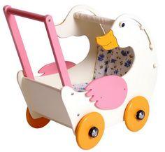"""Puppenwagen """"Gerda Gans"""". Unser robuster Puppenwagen im niedlichen Gänsedesign. Das bewegliche Verdeck lässt sich mit kleinen Hebeln einfalten, damit kleine Puppen und Teddybären bei schönem Wetter die Sonne genießen können. Die massiven Holzräder in der Farbe Orange und die seitenverstärkenden Flügel, sowie der Haltegriff in Rosa, runden den Gesamteindruck dieses individuellen Holzpuppenwagens optisch ab. Die mitgelieferte, kuschelweiche Bettwäsche lässt alle Puppen weich liegen."""