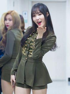Kpop Girl Groups, Kpop Girls, Gfriend Yuju, Cloud Dancer, Seoul Fashion, G Friend, Spring Fashion Trends, Stage Outfits, Pop Group