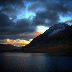 Sunset over Llyn Idwal and Tryfan #tryfan #cwmidwal #llynidwal #sunset #lakes #wales #ogwen #ogwenvalley #wales #gwynedd #northwales #snowdonianationalpark #snowdonia #glyders #mountains