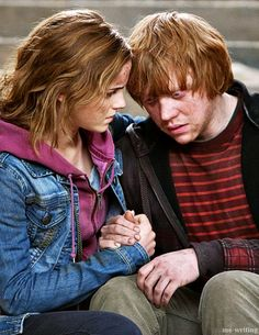 """Ron and Hermione comfort each other """"I always knew about Hermione and Ron. Always… They're so wrong for each other, but so right."""" - Emma Watson """"In the previous films, I didn't even realize that there was a kind of chemistry there. When Hermione. Harry Potter Tumblr, Harry Potter Hermione, Hermione Granger, Images Harry Potter, Mundo Harry Potter, Harry Potter Ships, Harry Potter Love, Harry Potter Characters, Lord Voldemort"""