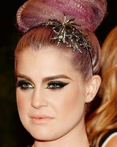 Sparkling stars and pretty eye makeup on Kelly Osbourne #MetGala