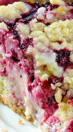 Raspberry Cream Cheese Coffee Cake ~ Moist and buttery cake, creamy cheesecake filling, juicy raspberries and crunchy streusel topping. Raspberry Cream Cheese Coffee Cake – all flavors you love, you'll get here in every bite. Just Desserts, Delicious Desserts, Yummy Food, Raspberry Blueberry Recipes, Raspberry Cheesecake, Baking Recipes, Cake Recipes, Dessert Recipes, Food Cakes