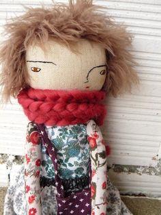 Muñeca con pelo tejido a mano. Incluye dos faldas, una camisa, un bolso y una bufanda de AntonAntonThings en Etsy