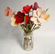 Já pensou em decorar a casa usando artesanato? Aqui vai uma dica super legal para você decorar fazendo um lindo arranjo com flores de feltro. É fácil e fica maravilhoso.