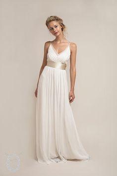 Aus New York stammen diese wunderschönen, fließenden Brautkleider aus Seide. Hauchzart wie eine Elfe sieht man darin aus, und sie sind so leicht, dass Du sie fast nicht spürst. Perfekt für jede Sommerhochzeit! Webseite: http://www.sajawedding.com Read more...