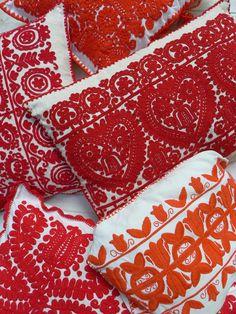 Handbestickte Kissen aus Kalotaszeg, Rumänien