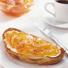 Homemade marmalade is a pure joy. Simply spread it on your toast at breakfast or use it to glaze ham, flavour your baking or make a steamed pudding with it.