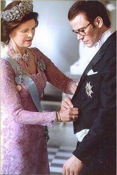 Queen Silvia and Daniel on his wedding day to Crown Princess Victoria. Victoria Prince, Princess Victoria Of Sweden, Crown Princess Victoria, Royal Jewels, Crown Royal, Queen Of Sweden, Royal Families Of Europe, Swedish Royalty, Estilo Real