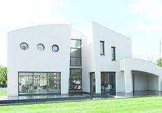 La villa Bateau Ivre tient son nom de sa situation, sur l'Isle de la Sorgue, entre les eaux de la Méditerranée et de l'Atlantique, mais elle n'a rien du bateau d'Arthur Rimbaud, malmené par les flots: c'est une maison futuriste performante, car basse consommation énergétique.