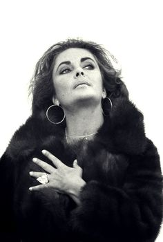 Elizabeth Taylor, She loved men. And diamonds. This morning's death of legend Dame Elizabeth Taylor is being felt around the world. Sophia Loren, Elizabeth Taylor Jewelry, Miss Elizabeth, Elizabeth Taylor Diamond, Golden Age Of Hollywood, Classic Hollywood, Old Hollywood, Hollywood Glamour, Rita Hayworth