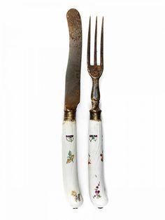 Meißener Besteck mit Blüten Länge des Messers: 22,2 cm. Meißen, 1760. Godronnierte Pistolengriff