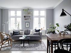 Grijstinten en groene planten in een Zweeds appartement - Roomed