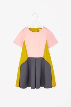 Made from lightweight cotton twill, this block-colour dress has pleated panels on the front and back for a flared A-line shape. Short sleeved, it is a loose, comfortable fit with slanted pockets, round neckline and a hidden zip fastening along the back.
