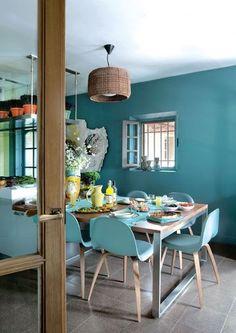 Jolie harmonie avec des murs bleus et du carrelage gris (Source : Côté Maison)
