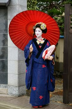 Maiko. Katsuna. She is wearing a kimono coat. #japan #kyoto #kinomo #geisya #maiko #Japanese culture