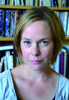 Elisabeth Östnäs (Zweden, 1974) studeerde o.a. literaire compositie en werkte als docent creatief schrijven. Haar literaire thrillerdebuut Koortsmeisje belandde in Zweden op de shortlist van Bokbloggarnas litteraturpris 2013, een belangrijke (lezers)prijs.