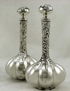 Tendance parfums George Shiebler Sterling Silver Perfume Bottles Pair Rare Discovred By: edgarberghman Antique Perfume Bottles, Vintage Bottles, Bottles And Jars, Glass Bottles, Glass Vase, Vintage Silver, Antique Silver, Perfumes Vintage, Jugendstil Design