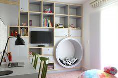Este quartinho projetado pela arquiteta Carol Miluzzi @carolmiluzzi_arq é compartilhado por duas irmãs, a Beatriz e a Carolina. As duas camas box e o nicho redondo que serve de banco ganharam o enxoval e almofadas da MOOUI!  O cafofo saiu na revista @casaejardim  www.MOOUI.com.br  #archilovers #architecturelovers #beautiful #becreative #bedroom #bedroomdecor #decor #decoracao #decorlovers #designinspiration #details #home #homedecor #inspiration #interiordesign #interiors #style #trend
