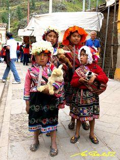 Niños ataviados trajes típicos - Mercado de Pisac - Perú