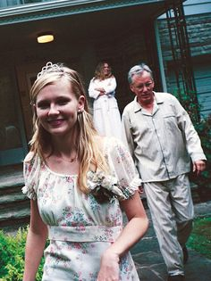 "Kirsten Dunst, James Woods and Kathleen Turner on the set of ""The virgin Suicides"" (Sofia Coppola, The Virgin Suicides, Sofia Coppola, Kirsten Dunst, Scene Hair, Sisterlocks, Flat Twist, Twist Outs, Movies Showing, Movies And Tv Shows"