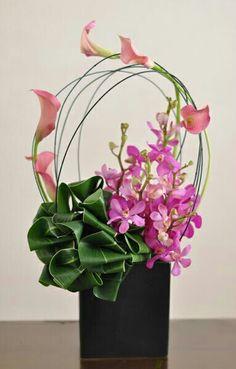 Centro de mesa Exotic Flowers, Tropical Flowers, Love Flowers, Ikebana, Flower Designs, Art Floral, Calla Lilies, Modern Floral Design, Modern Flower Arrangements
