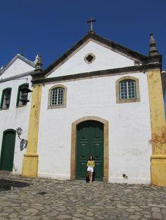 Paraty está localizada a 258 km do RJ. Famosa por suas ruas de pedras e portas coloridas, a cidade atrai turistas brasileiros e estrangeiros. Confira dicas!