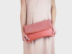 Foldover-Tasche Finja mit Umhängeriemen – Koralle | Velour aus Leder | Foldover Finja | Umhängetaschen | TASCHEN | lille mus
