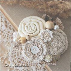Купить или заказать Брошь 'Ванильные облака' в интернет-магазине на Ярмарке Мастеров. Изящная женственная брошечка в нежнейшей пастельной гамме. Теплые, воздушные ванильно-бежевые оттенки, плавно перетекающие друг в друга, кажутся легкими и романтичными, словно пушистые облака... В основе букета разнообразные цветочки - текстильная нежно-ванильная розочка, вязаный цветочек с перламутровой пуговкой, розочка из хлопкового кружева, расшитая бисером сливочного оттенка, миниатюрная&hel...