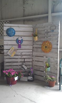 "how to display pallet signs in a vendor booth | ... pallets. I think it is super cute! Pin that into ""what to do with a"