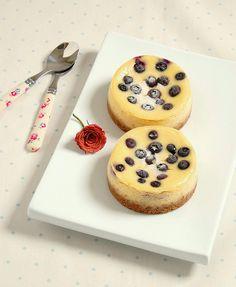 Vanilla bean and blueberry mini cheesecakes / Mini cheesecakes de baunilha e mirtilos by Patricia Scarpin, via Flickr